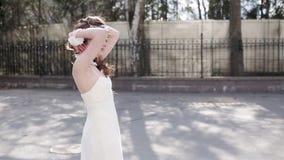Brunetki panna młoda w mody białej ślubnej sukni z makeup zbiory