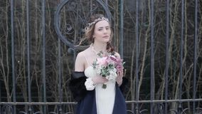 Brunetki panna młoda w mody białej ślubnej sukni z makeup zbiory wideo