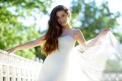 Brunetki panna młoda w mody białej ślubnej sukni z makeup Obraz Royalty Free