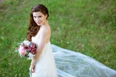 Brunetki panna młoda w mody białej ślubnej sukni z makeup Obrazy Royalty Free