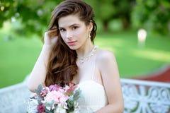 Brunetki panna młoda w mody białej ślubnej sukni z makeup Zdjęcia Stock