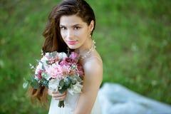 Brunetki panna młoda w mody białej ślubnej sukni z makeup Zdjęcia Royalty Free