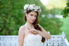 Brunetki panna młoda w mody białej ślubnej sukni z makeup Fotografia Royalty Free