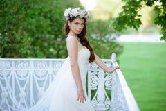 Brunetki panna młoda w mody białej ślubnej sukni z makeup Zdjęcie Stock