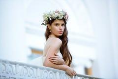 Brunetki panna młoda w mody białej ślubnej sukni z makeup Fotografia Stock