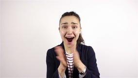 Brunetki piękna młoda kobieta mówić, no! no! i ono uśmiecha się przy kamerą, głośno, zdjęcie wideo