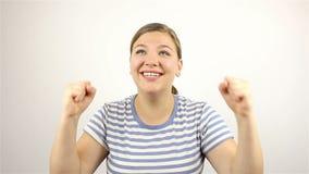 Brunetki piękna młoda kobieta mówić, no! no! i ono uśmiecha się przy kamerą, głośno, zbiory wideo