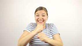 Brunetki piękna młoda kobieta mówić, no! no! i ono uśmiecha się przy kamerą, głośno, zbiory