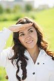 brunetki ręki przyglądający szczyt Fotografia Stock