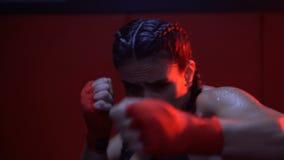 Brunetki sprawności fizycznej silna kobieta przy gym zdjęcie wideo
