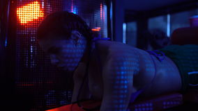 Brunetki sprawności fizycznej silna kobieta przy gym zbiory wideo