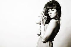 Brunett för modemodell med långt lockigt hår fotografering för bildbyråer