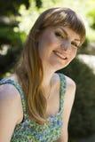 Brunett i grön vit klänning fotografering för bildbyråer
