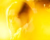 Brunett i gula sidor Arkivfoton