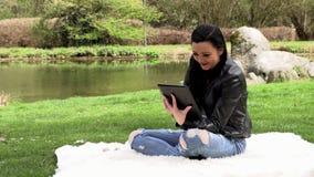 Brunett i natur med en minnestavla lager videofilmer