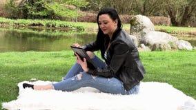 Brunett i natur med en minnestavla stock video