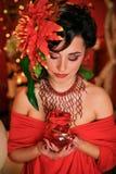 Brunett i rött med idérikt smink Royaltyfria Bilder