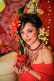 Brunett i rött med idérikt smink Royaltyfria Foton