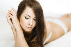 Brunett i säng Royaltyfri Bild
