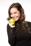 Brunett joven apto con la manzana. Imagen de archivo