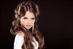 Brunett. Lyxig kvinna med långt brunt lockigt hår. Modemodell Royaltyfri Bild