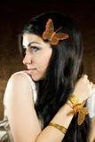 Brunett med brun-guld fjärilen Royaltyfri Fotografi