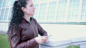 Brunett med lockigt hår i profil lager videofilmer