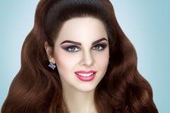 Brunett med perfekt lockigt hår Royaltyfria Bilder