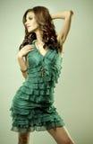 Brunett- och greenklänning Fotografering för Bildbyråer