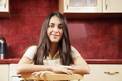 Brunett på stol Royaltyfri Fotografi