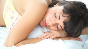 Brunett som sover i hennes säng stock video