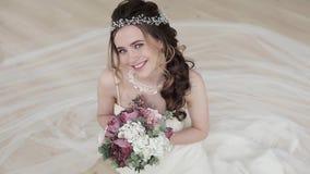 Brunettbrud i den vita bröllopsklänningen för mode med makeup lager videofilmer
