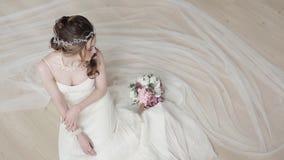 Brunettbrud i den vita bröllopsklänningen för mode med makeup arkivfilmer