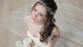 Brunettbrud i den vita bröllopsklänningen för mode med makeup stock video