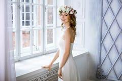 Brunettbrud i den vita bröllopsklänningen för mode med makeup royaltyfri foto