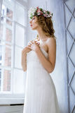 Brunettbrud i den vita bröllopsklänningen för mode med makeup Arkivbild