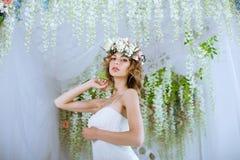 Brunettbrud i den vita bröllopsklänningen för mode med makeup royaltyfri fotografi