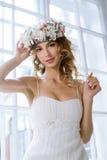 Brunettbrud i den vita bröllopsklänningen för mode med makeup Royaltyfria Bilder