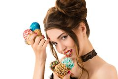 Brunette γοητείας με το φωτεινό makeup στα χείλια και με το παγωτό στα χέρια Στοκ Φωτογραφίες