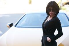 Brunette γοητείας babe που στέκεται κοντά στο σπορ αυτοκίνητο πολυτέλειας Στοκ εικόνες με δικαίωμα ελεύθερης χρήσης