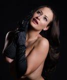Brunette ζάλης που φορά τα γάντια οπερών σατέν Στοκ Εικόνες