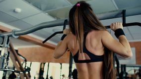 Brunette κοριτσιών ικανότητας με το μακρυμάλλες να κάνει τράβηγμα UPS στη γυμναστική 4 Κ φιλμ μικρού μήκους