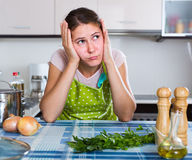 Brunette με τον πονοκέφαλο στην τοποθέτηση ποδιών στην κουζίνα Στοκ εικόνα με δικαίωμα ελεύθερης χρήσης