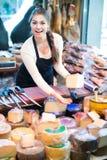 Brunette με τους διαφορετικούς τύπους τυριών στη γαστρονομία στοκ εικόνα