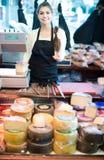 Brunette με τους διαφορετικούς τύπους τυριών στη γαστρονομία στοκ εικόνες με δικαίωμα ελεύθερης χρήσης