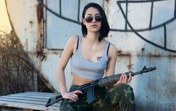 Brunette με το πυροβόλο όπλο Στοκ εικόνα με δικαίωμα ελεύθερης χρήσης
