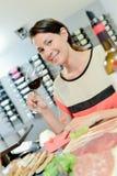 Brunette που απολαμβάνει το καλό μεσημεριανό γεύμα Στοκ φωτογραφίες με δικαίωμα ελεύθερης χρήσης
