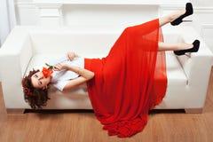 Brunette που βρίσκεται στον καναπέ Στοκ εικόνα με δικαίωμα ελεύθερης χρήσης