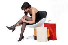Brunette που ελέγχει τις γυναικείες κάλτσες της Στοκ εικόνες με δικαίωμα ελεύθερης χρήσης