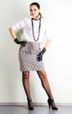 brunette που ντύνει κομψό όμορφο Στοκ Φωτογραφία